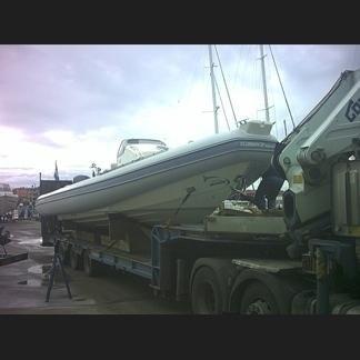 Camion che trasporta una barca