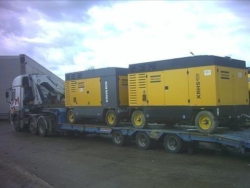 Autocarro che trasporta macchinari pesanti