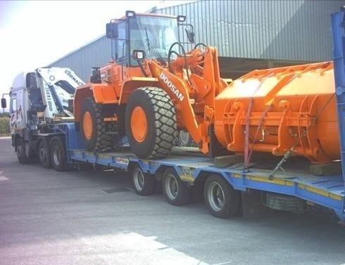 Camion che trasporta un macchinario pesante