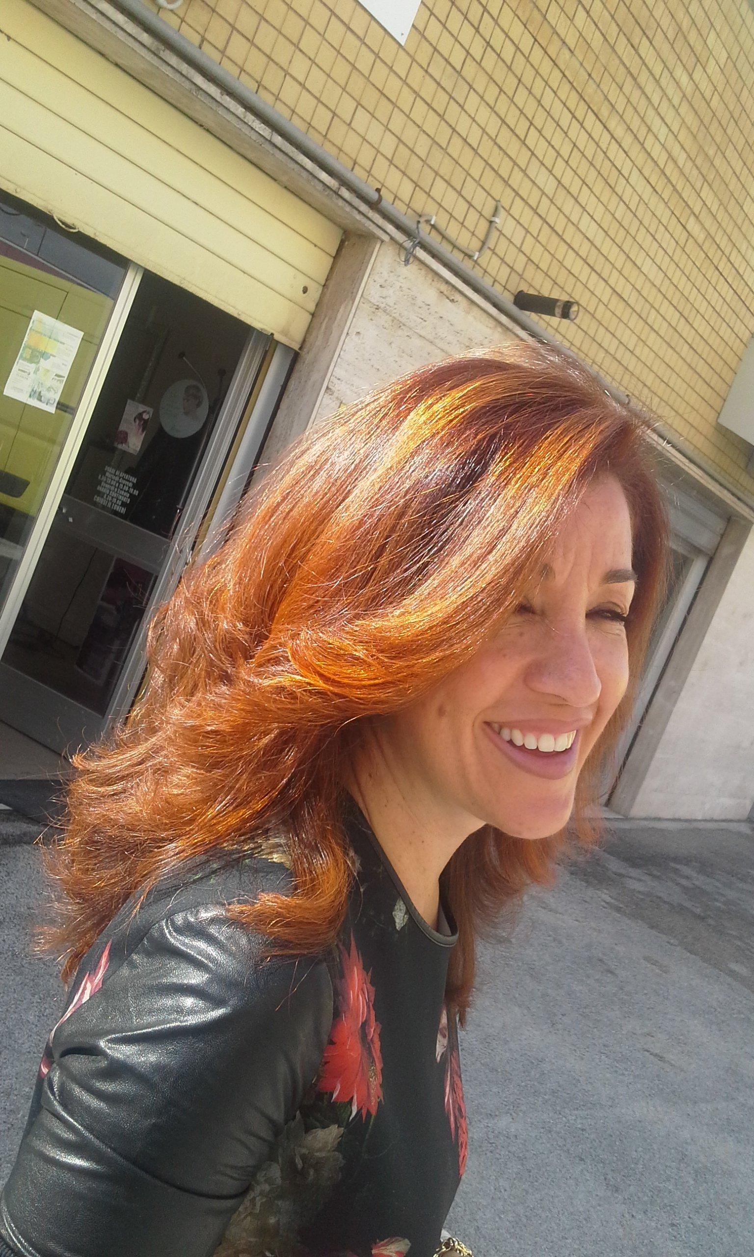 donna con capelli rossi e riflessi biondi