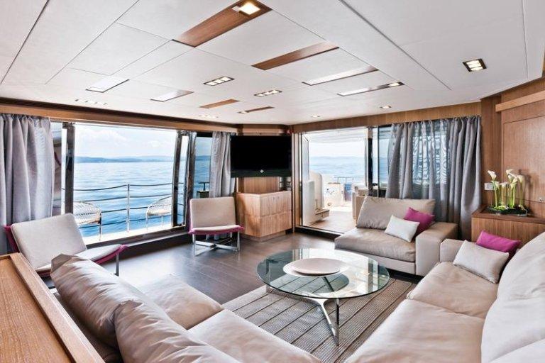 Soggiorno della nave, divani marrone chiari , tavola bassa di vetro