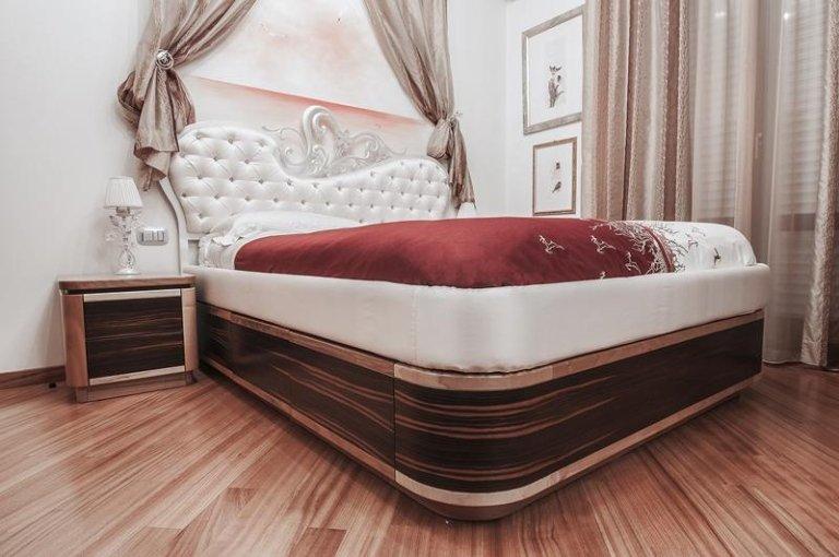 Camera da letto classica, pavimento di legno, un letto molto grande