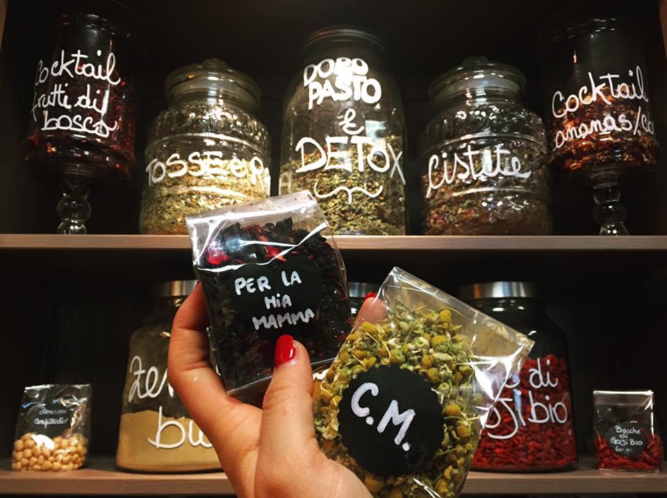 due mensole con dei barattoli di vetro con ingredienti per dimagrire