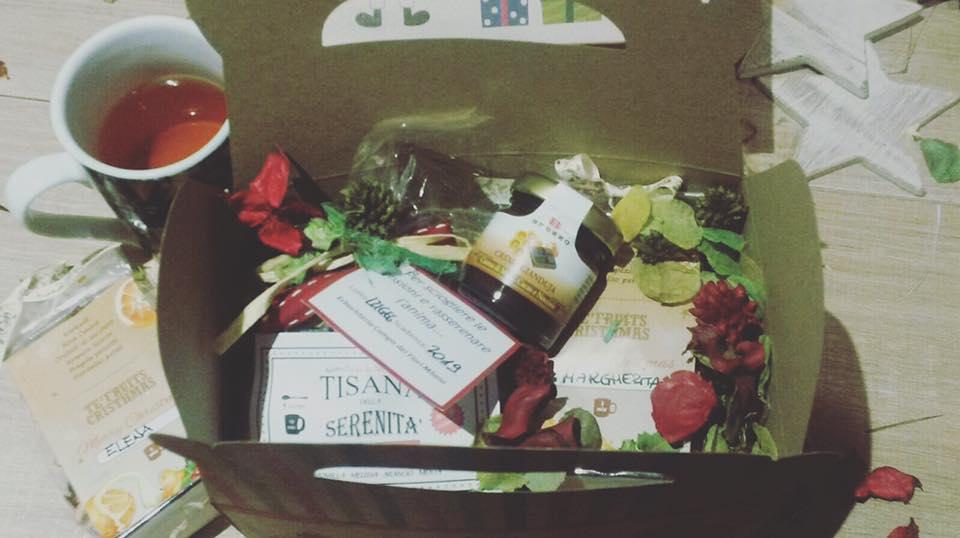 una scatolina con tisane e petali secchi