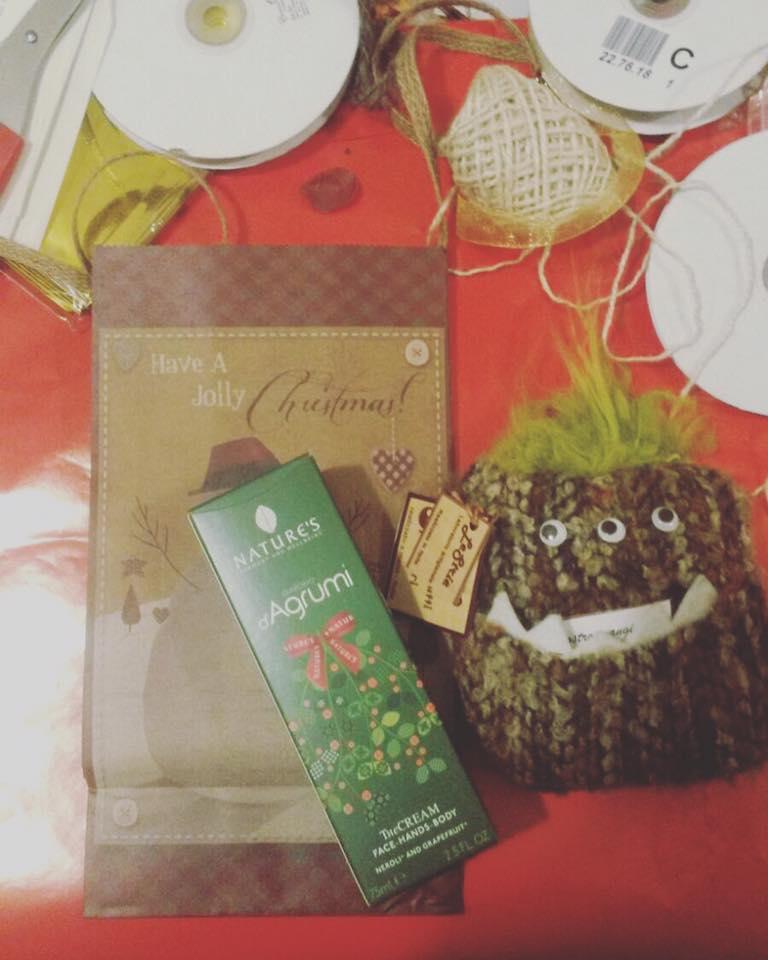un biglietto di auguri di Natale e una crema per le mani e corpo della marca Nature's