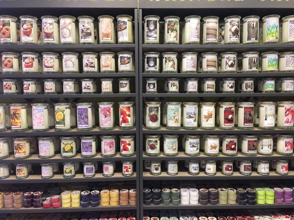 dei barattoli di prodotti negli scaffali