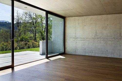 una stanza con delle vetrate con struttura in PVC