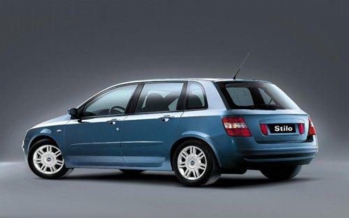 auto station wagon azzurra