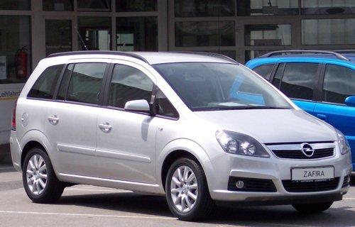 vista laterale di un'auto bianca