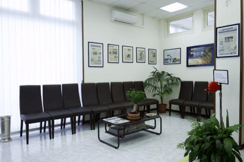 Lo studio dispone di una spaziosa sala atta ad accogliere gli utenti.
