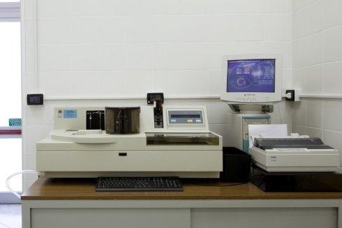 Il personale del laboratorio esegue analisi cliniche garantendo la correttezza dei risultati e dei procedimenti.
