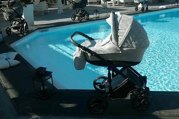 carrozzina grigia a bordo piscina