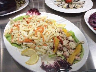 Un vassoio con dell'insalata di mare