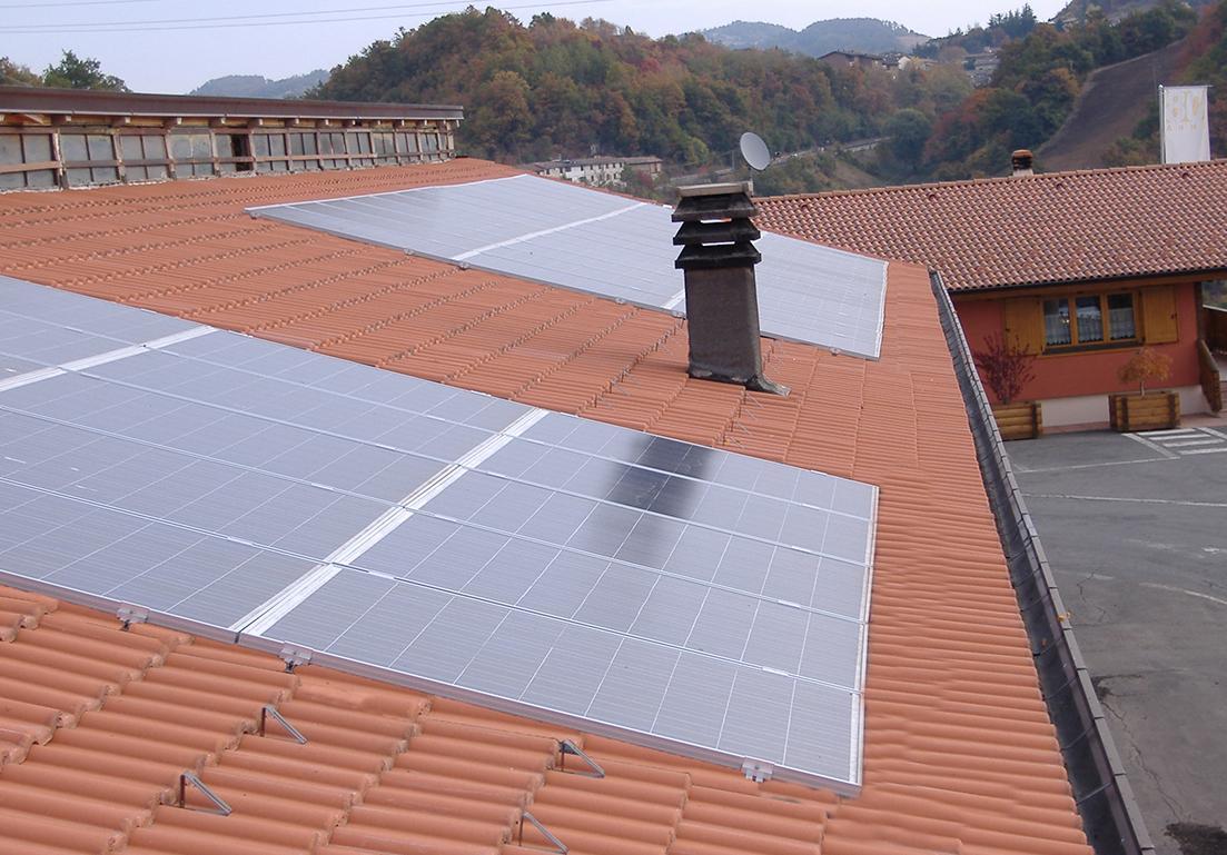 dettaglio di pannelli solari su tetto di abitazione privata