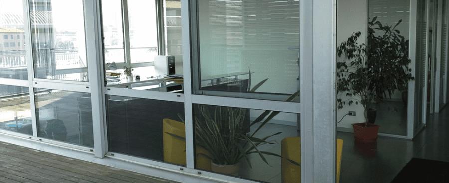 delle vetrate di un ufficio