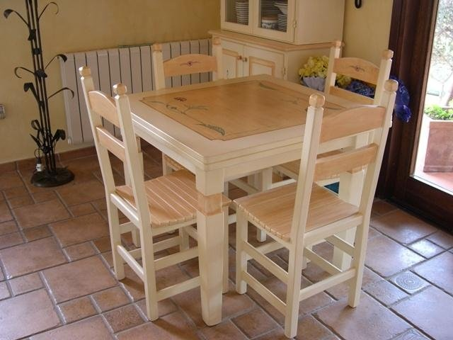 Tavolo e sedie in stile sardo