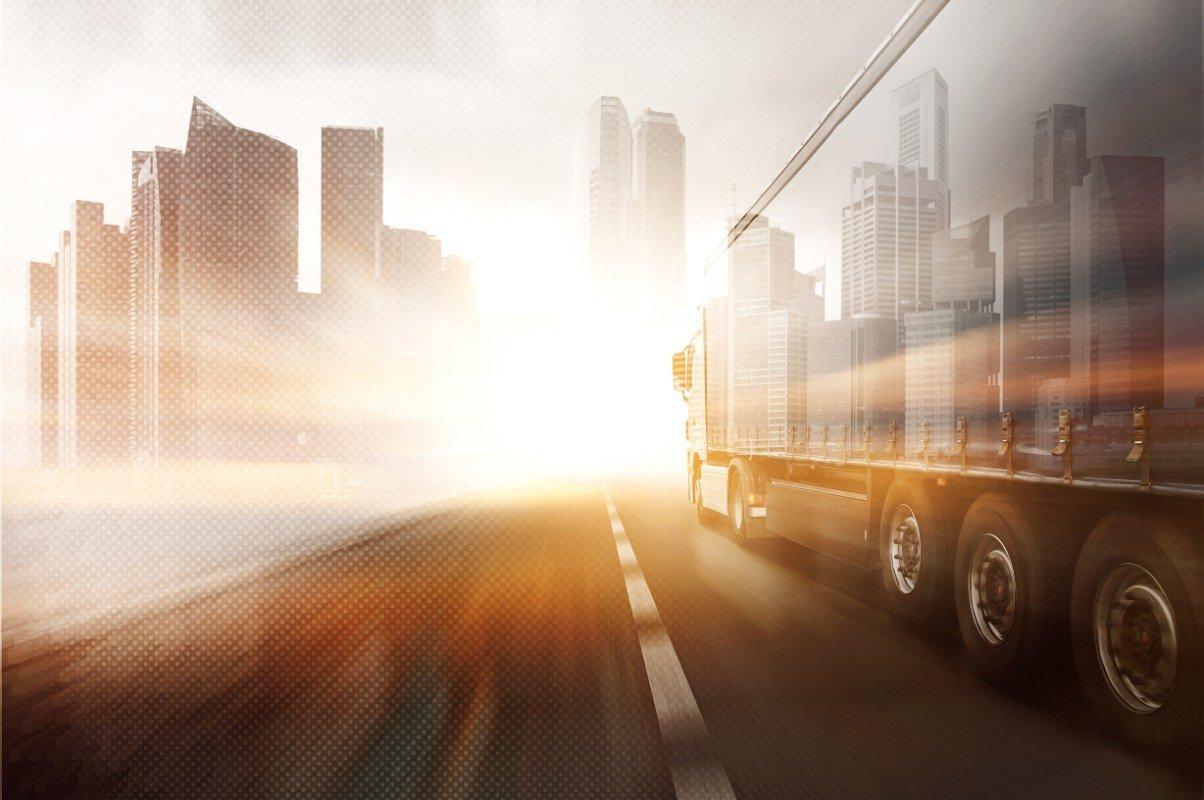Camion arrivando alla città all'alba