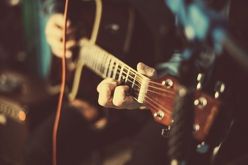 ragazzo che suona chitarra