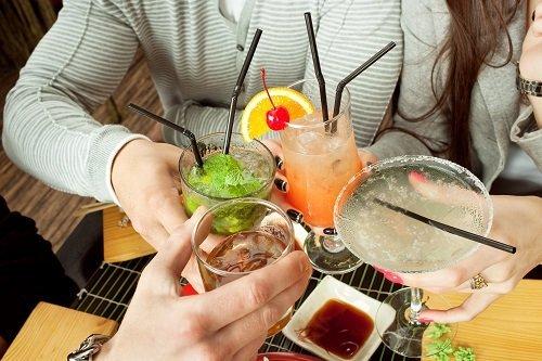 amici che brindano durante un aperitivo