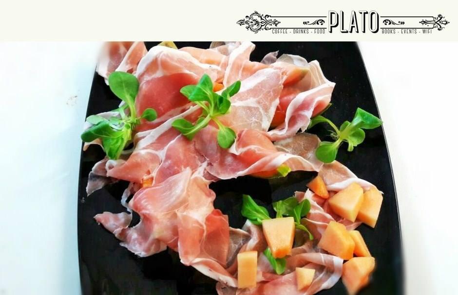 piatto di prosciutto crudo e insalata