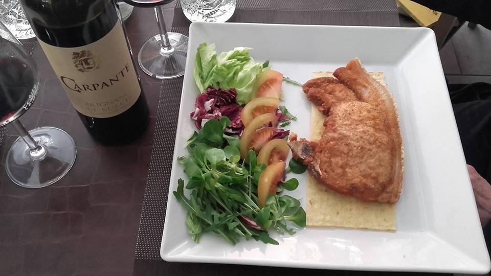 piatto di carne impanata e insalata mista