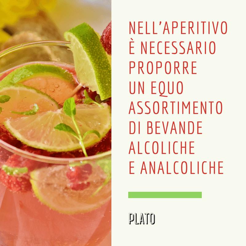 bevanda con decorazioni di frutta e didascalia a lato
