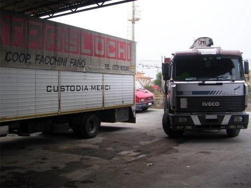 Alcuni camion sono dotati di elevatori per operare in quota con sicurezza.