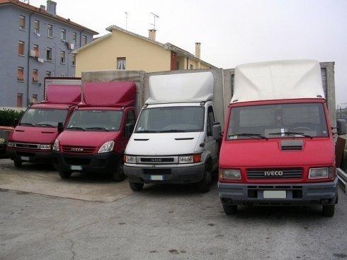 La Cooperativa Facchini Fano dispone di camion per eseguire traslochi e trasporti.
