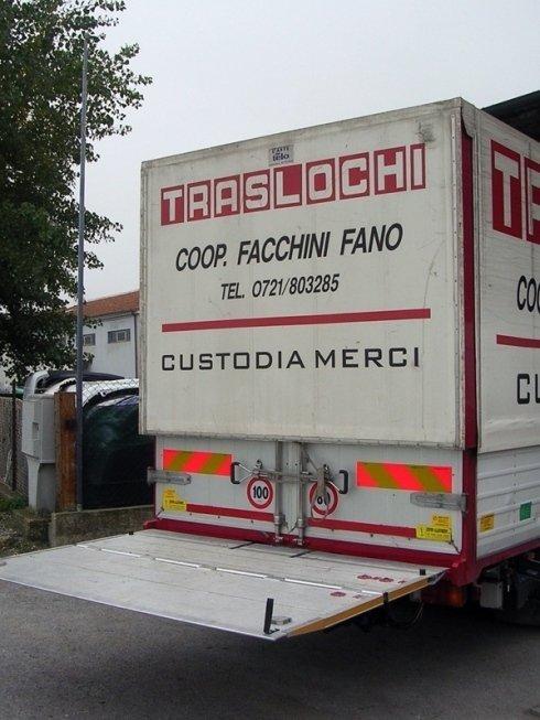Il paianale posteriore del camion consente di caricare mobili ed attrezzature pesanti con maggiore facilità.