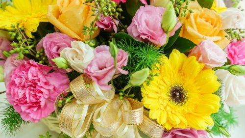 Fiori gialle e rose