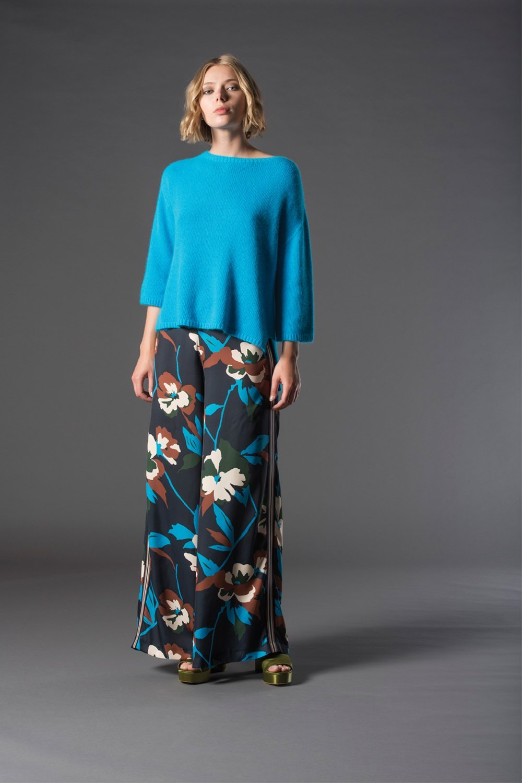 modella con maglione azzurro e gonna con fantasie