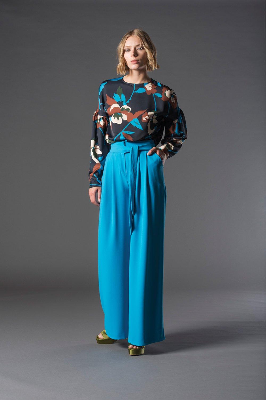 modella con pantaloni larghi e azzurri