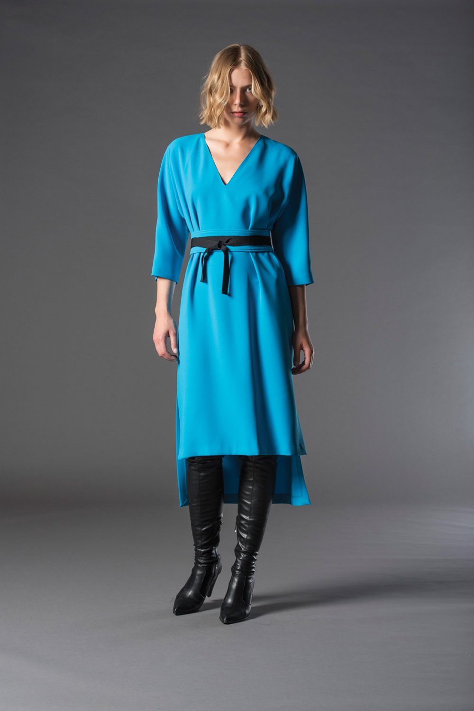 ragazza con abito da sera azzurro e cinta nera