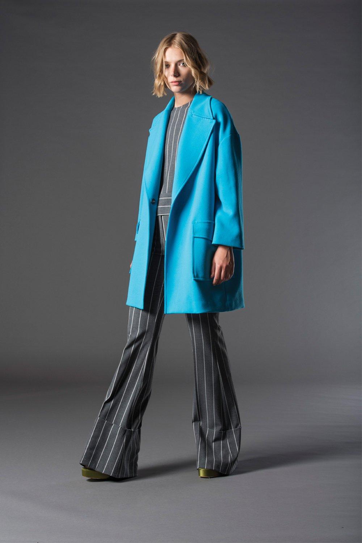 tuta elegante grigia e giacca azzurra