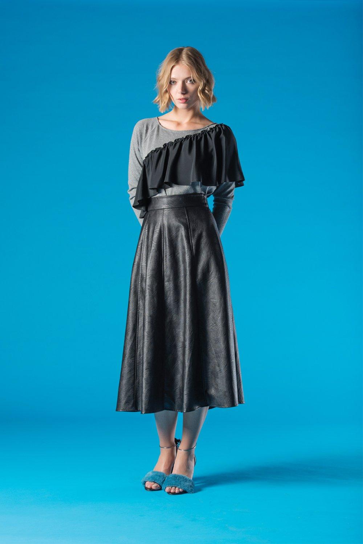 ragazza con abito lungo grigio