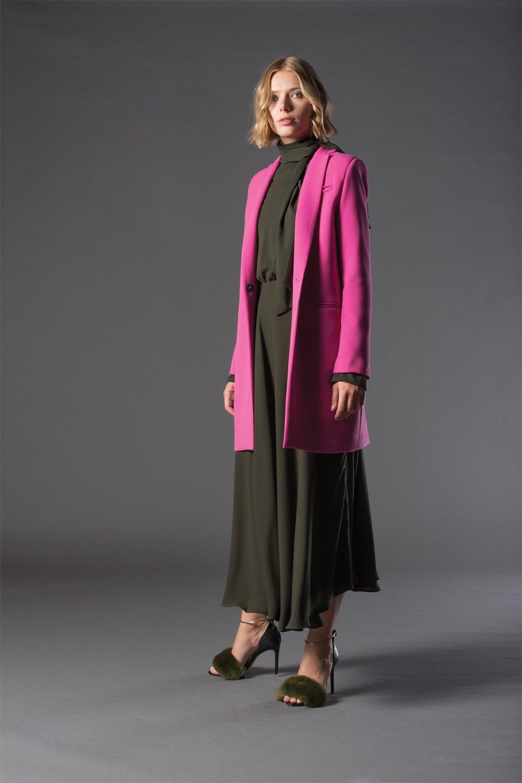 abito lungo grigio e giacca lunga rosa
