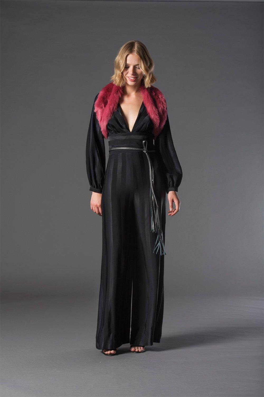 modella con vestito lungo nero e copri spalle rosso