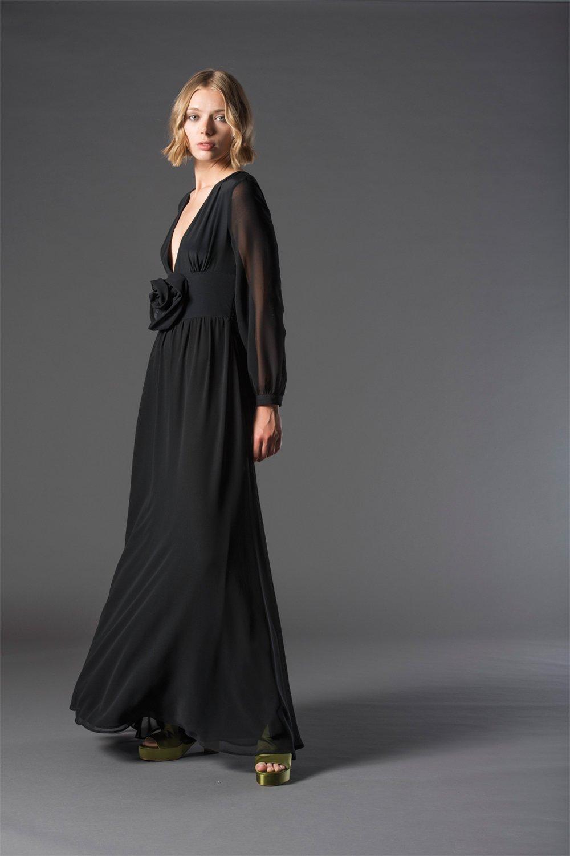 modella con vestito lungo nero