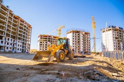 un cantiere edili per la costruzione di quattro edifici civili