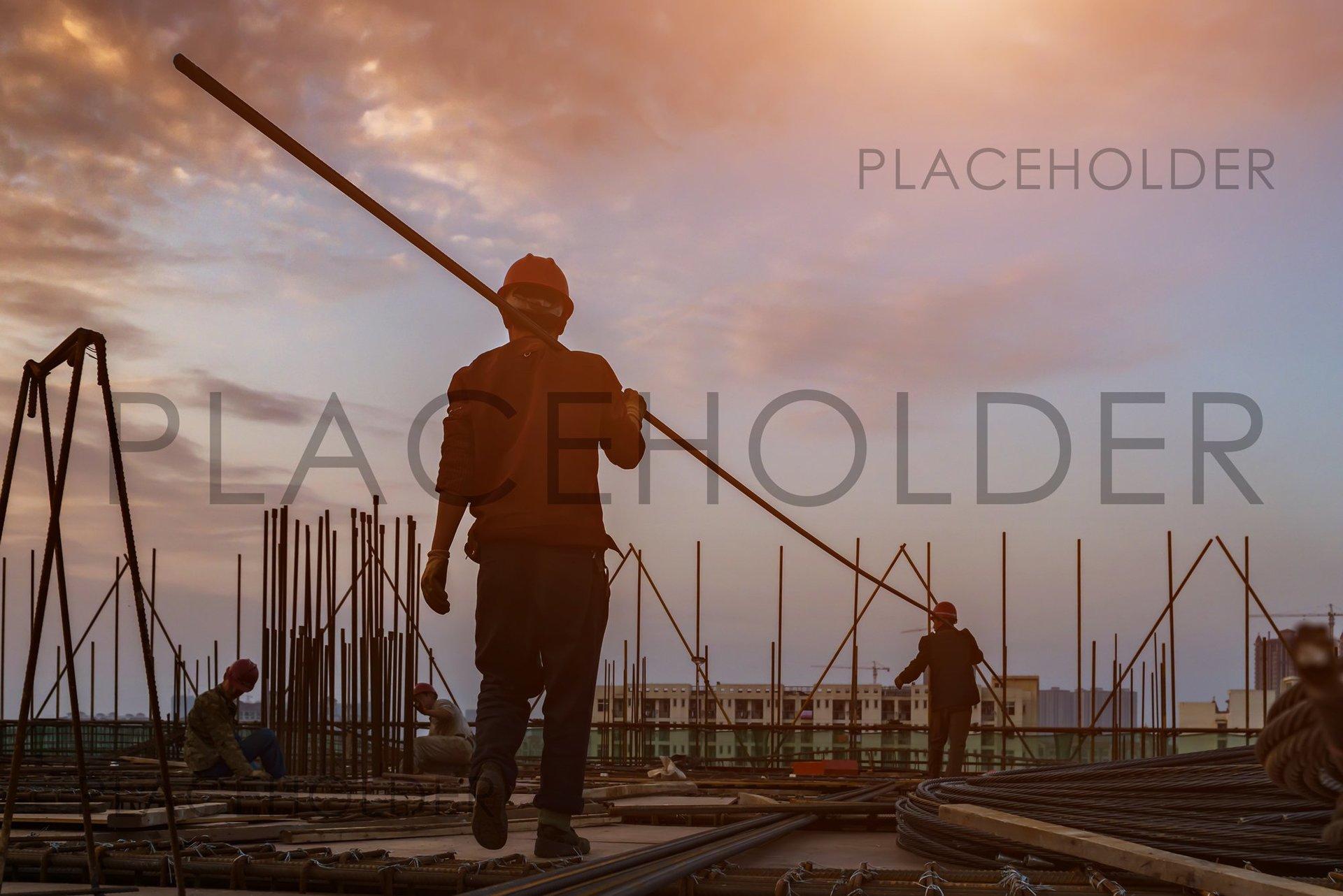 ingegnere e operai in un cantiere edile