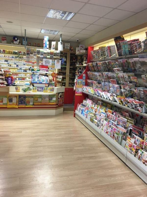 Interno di un negozio con riviste e prodotti da igieni