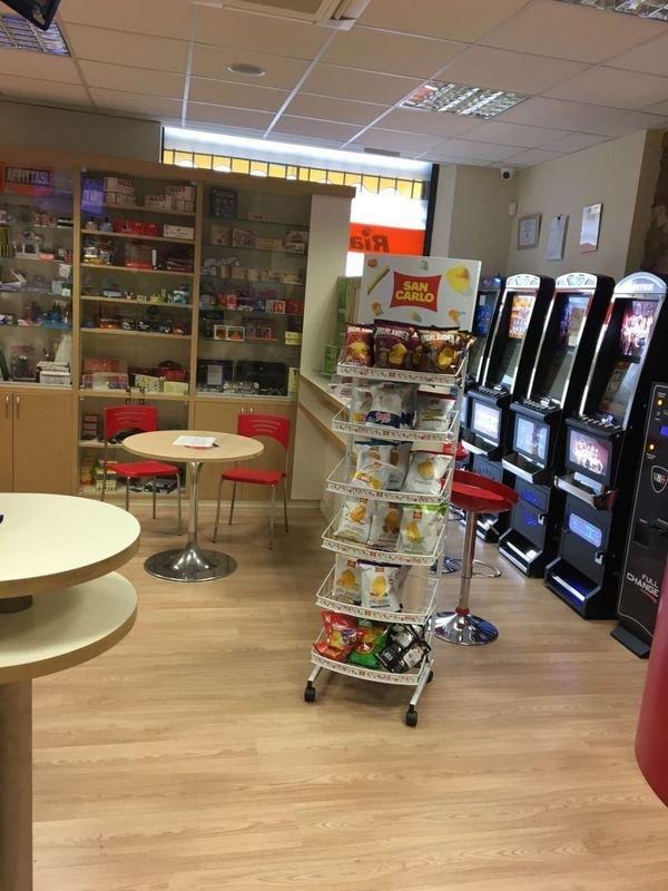 Interno del business,slot machine,tavoli ,sedie e patate fritte