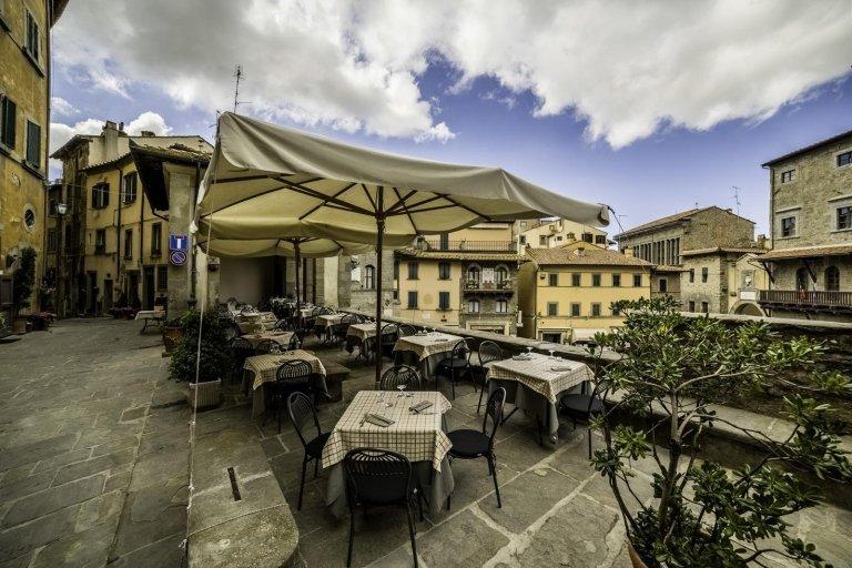 ristorante con tavoli fuori a Cortona