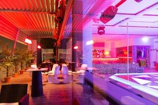 interno locale con luci rosa