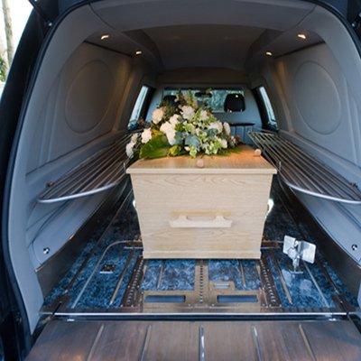 bara dentro baule del carro funebre