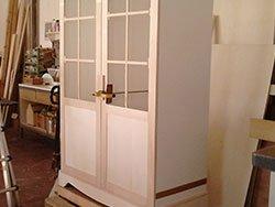 un armadio in legno di color bianco
