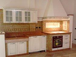 una cucina con dei mobili di color nero