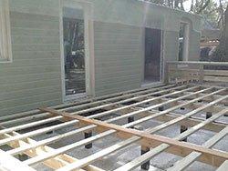 uno stabile e accanto delle lavorazioni in legno