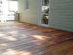 una casetta e accanto un pavimento in legno