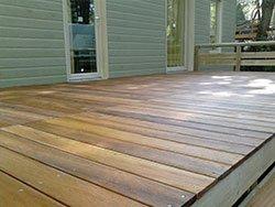 un terrazzo in legno di una casa